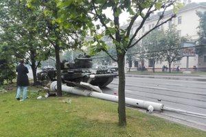 Появилось видео, как в Минске танк жестко снес столб