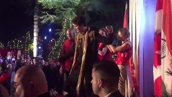 В Индии премьер Канады Трюдо оделся как жених в Бомбее