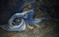 Юнона передала на Землю снимок гигантского белого урагана на Юпитере