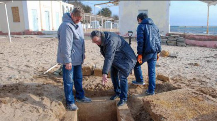На пляже в Евпатории прохожий случайно раскопал могилу (фото)