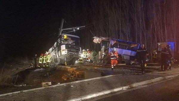 Поезд протаранил школьный автобус во Франции: есть погибшие дети