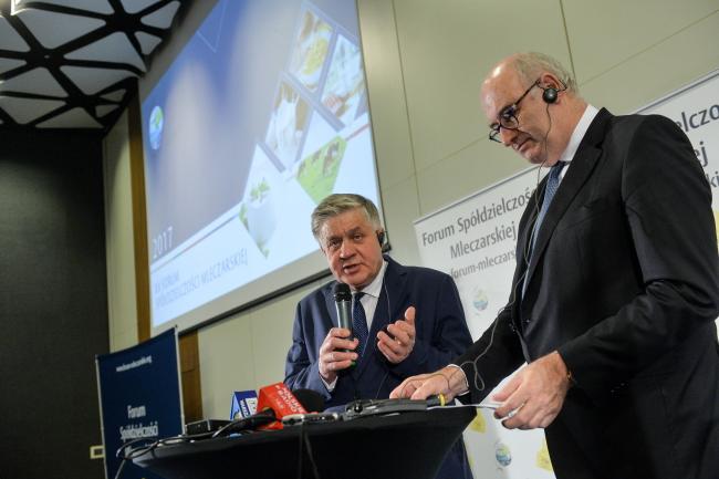 Комісар ЄС розмовляв у Польщі про майбутнє молочної галузі