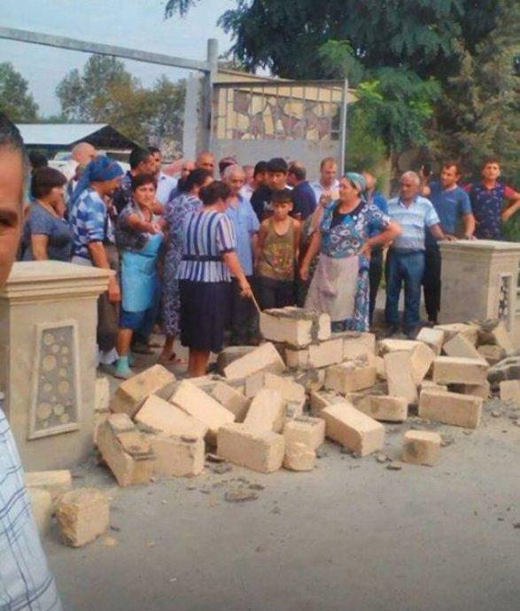 Торговцы снесли заборы и прогнали чиновников Недовольство в Гейчае