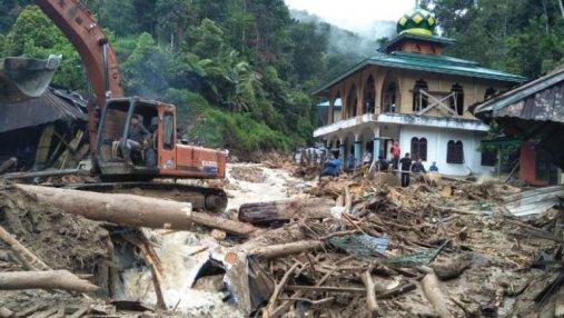 Более 10 учеников погибли в результате смертельного наводнения в Индонезии
