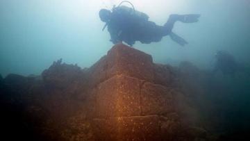 На дне турецкого озера нашли руины древнего замка, которому три тысячи лет