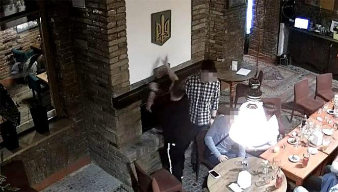 Студент з Польщі у Тернополі публічно спалив державний герб України