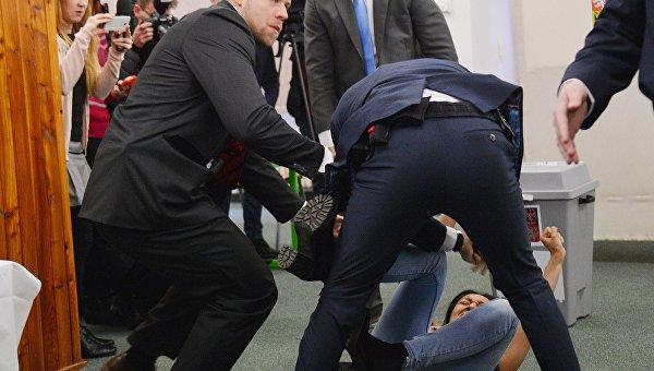 Нападение на президента Чехии. Активистку Femen задержали на 48 часов